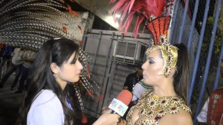 Carnaval 2014: Monica Carvalho se vestindo na concentração da Grande Rio